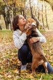 Donna che gioca con il suo animale domestico del cane da lepre fotografia stock libera da diritti