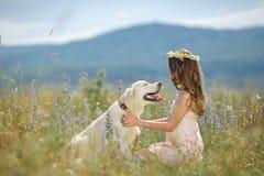 Donna che gioca con il suo cane nella via Fotografia Stock