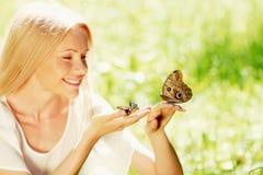 Donna che gioca con la farfalla fotografie stock libere da diritti