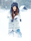 Donna che gioca con la neve in sosta fotografia stock libera da diritti
