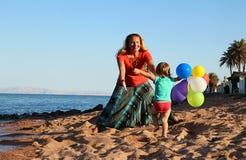 Donna che gioca con sua figlia Fotografie Stock Libere da Diritti