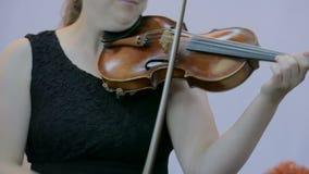 Donna che gioca fiddle stock footage