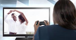 Donna che gioca gioco di computer romanzesco ideale con il regolatore in mani Fotografia Stock Libera da Diritti