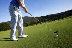 Donna che gioca golf Fotografie Stock