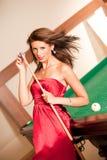 Donna che gioca il biliardo Fotografie Stock