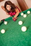 Donna che gioca il biliardo Fotografia Stock