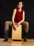 Donna che gioca il Cajon Fotografie Stock Libere da Diritti