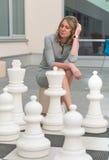 Donna che gioca il gioco di scacchi Immagini Stock