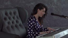 Donna che gioca il piano stock footage