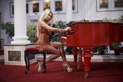 Donna che gioca il piano Immagine Stock