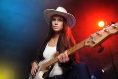 Donna che gioca la chitarra Fotografie Stock Libere da Diritti