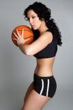 Donna che gioca pallacanestro Fotografie Stock Libere da Diritti