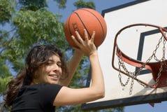 Donna che gioca pallacanestro alla sosta - orizzontale Immagini Stock Libere da Diritti