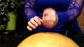 Donna che gioca percussione della zucca a fiaschetta archivi video