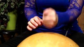 Donna che gioca percussione della zucca a fiaschetta stock footage