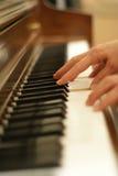 Donna che gioca piano Fotografie Stock Libere da Diritti