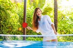 Donna che gioca ping-pong Immagini Stock