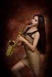 Donna che gioca sassofono immagine stock libera da diritti