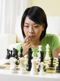 Donna che gioca scacchi fotografia stock libera da diritti