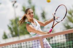 Donna che gioca tennis Fotografie Stock Libere da Diritti