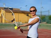 Donna che gioca tennis Fotografie Stock