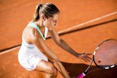 Donna che gioca a tennis sull'argilla Fotografia Stock Libera da Diritti