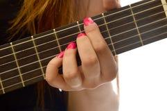 Donna che gioca una chitarra classica Immagine Stock