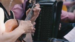 Donna che gioca una piccola chitarra archivi video