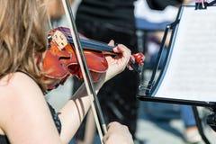 Donna che gioca violino durante il concerto di musica classica fotografia stock