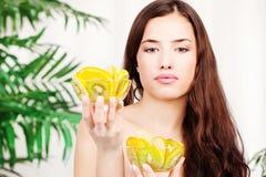 Donna che giudica ciotola due piena di frutta fotografia stock libera da diritti