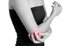Donna che giudica il suo gomito con rosso evidenziato Immagine Stock
