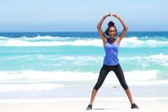 Donna che gode allungando esercizio alla spiaggia Fotografia Stock Libera da Diritti