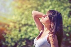 Donna che gode con gli occhi chiusi all'aperto Fotografie Stock Libere da Diritti