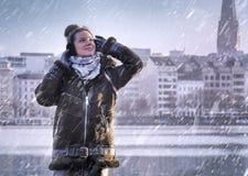 Donna che gode con la nevicata nel lago Alster nella città di Amburgo Immagini Stock