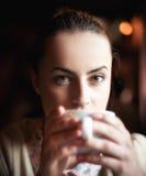 Donna che gode del caffè e del sogno Immagini Stock Libere da Diritti