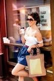 Donna che gode del caffè per andare un giorno pieno di sole Fotografia Stock Libera da Diritti