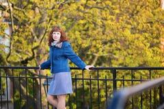 Donna che gode del giorno dell'autunno Immagini Stock