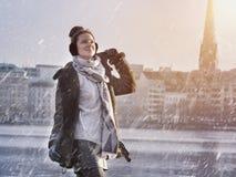 Donna che gode del giorno della neve di inverno nel lago Alster nella città di Amburgo Fotografie Stock Libere da Diritti
