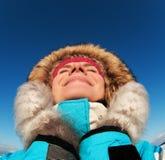 Donna che gode del giorno di inverno fotografia stock