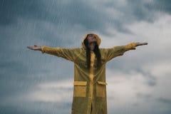 Donna che gode del giorno grigio piovoso di autunno all'aperto Luce del giorno morbida fotografia stock