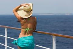 Donna che gode del giorno soleggiato Immagini Stock