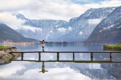 Donna che gode del paesaggio alpino Fotografia Stock
