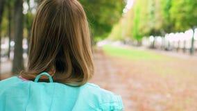 Donna che gode del rilassamento della natura all'aperto Camminando nel parco verde da solo Concetto di solitudine di libertà stock footage