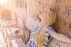 Donna che gode del sole Fotografie Stock Libere da Diritti