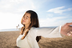 Donna che gode del suo tempo nella spiaggia Fotografie Stock