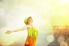 Donna che gode dell'aria aperta al sole Fotografia Stock
