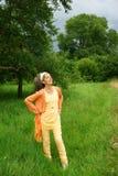 Donna che gode dell'aria fresca della campagna Fotografia Stock