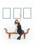 Donna che gode dell'arte Immagine Stock