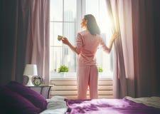 Donna che gode della mattina soleggiata Fotografia Stock
