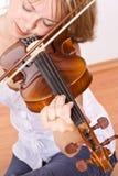 Donna che gode della musica del violino Immagini Stock